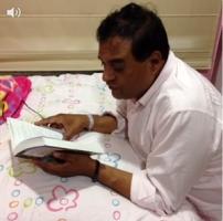 El senador lee cuentos a sus princesas