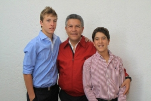 Senador David Penchyna y sus hijos