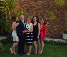 Un Senador Muy Consentido por su esposa y sus hijas